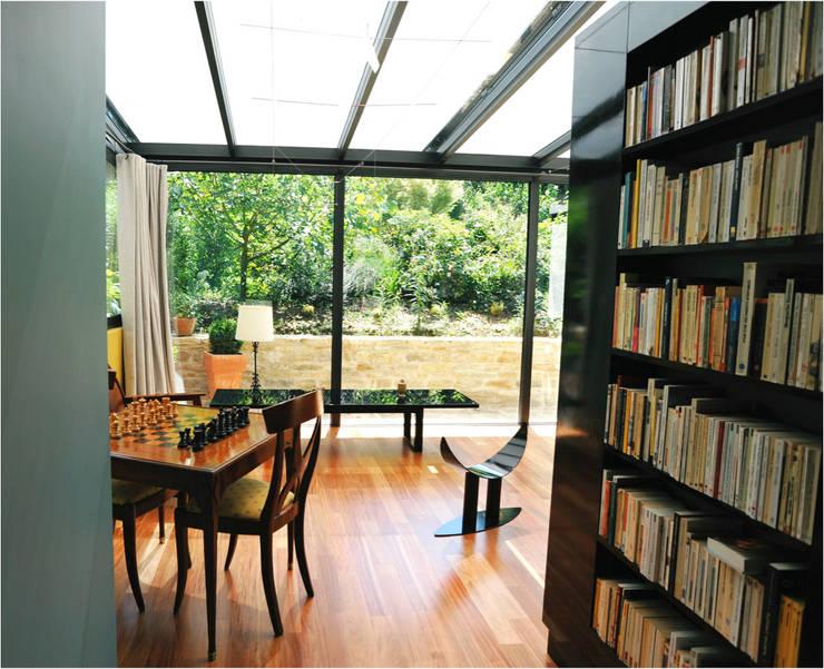 Maison au piano noir: Salle à manger de style  par Agence d'architecture intérieure Laurence Faure