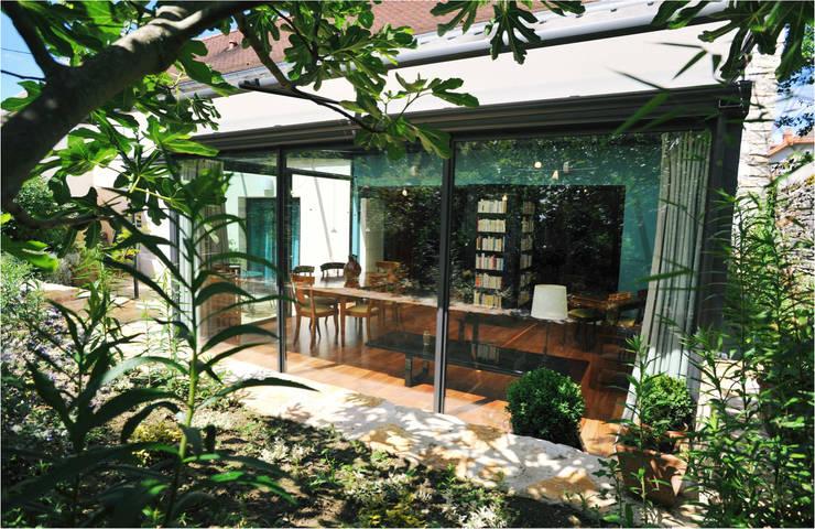 Maison au piano noir: Terrasse de style  par Agence d'architecture intérieure Laurence Faure