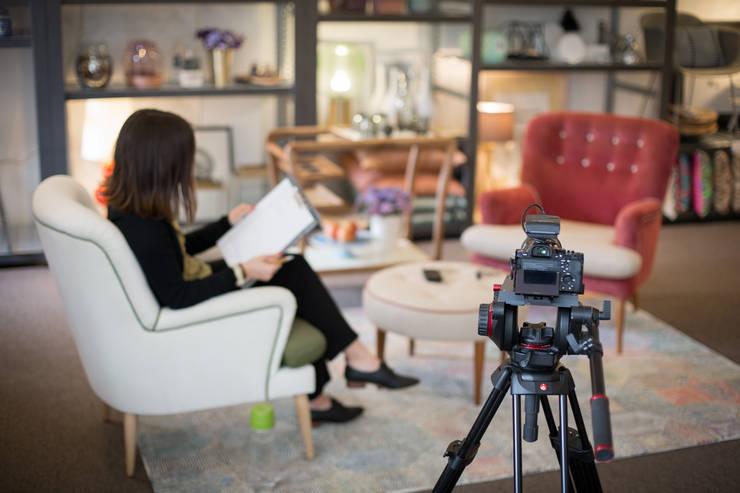 """<q class=""""-first"""">Making of</q> do vídeo para o novo site ShiStudio… : Paisagismo de interior  por SHI Studio, Sheila Moura Azevedo Interior Design"""