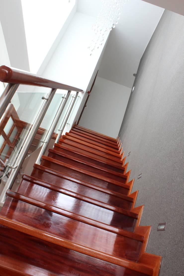 Pasillos y hall de entrada de estilo  por Soluciones Técnicas y de Arquitectura , Minimalista Madera Acabado en madera