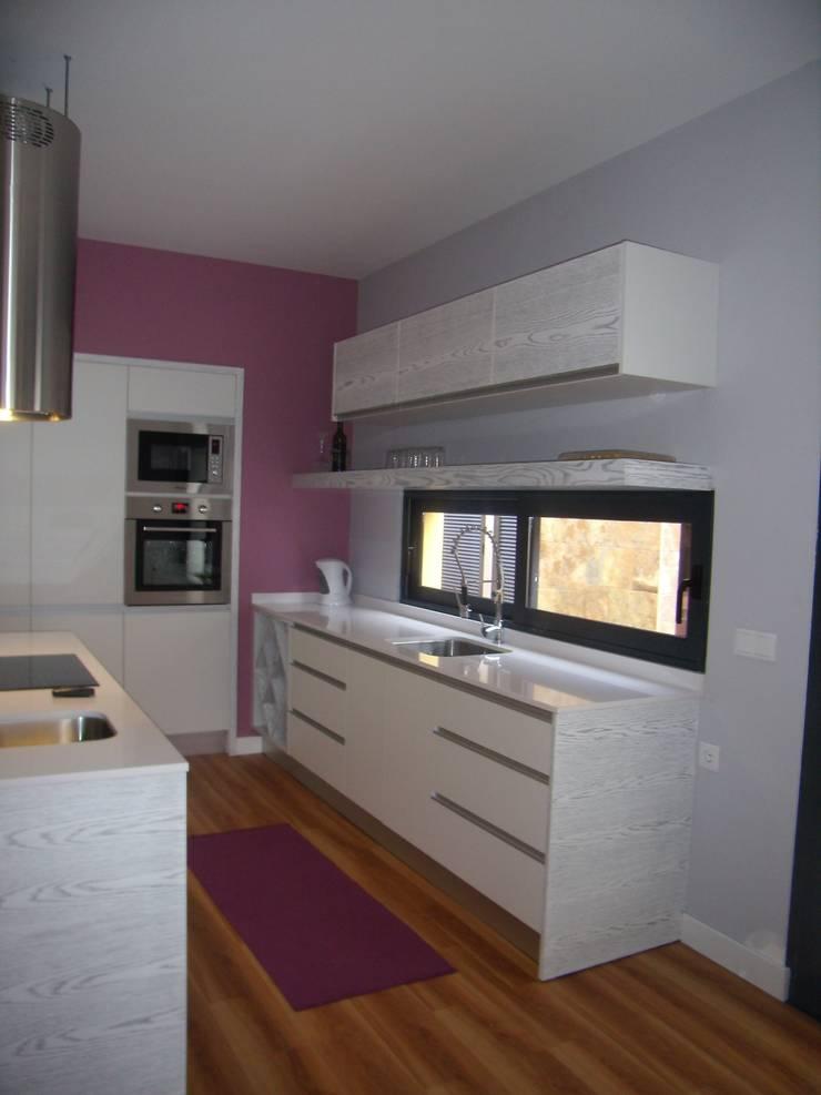 Mobiliário de cozinha: Cozinha  por IRMÃOS LEÇA DE FREITAS, LDA