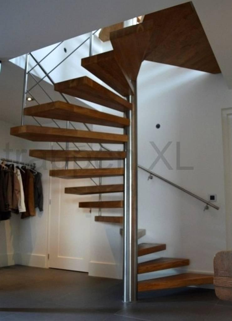 Een bijzonder trappenproject in de provincie Noord Brabant.:  Exhibitieruimten door TrappenXL, Klassiek Metaal