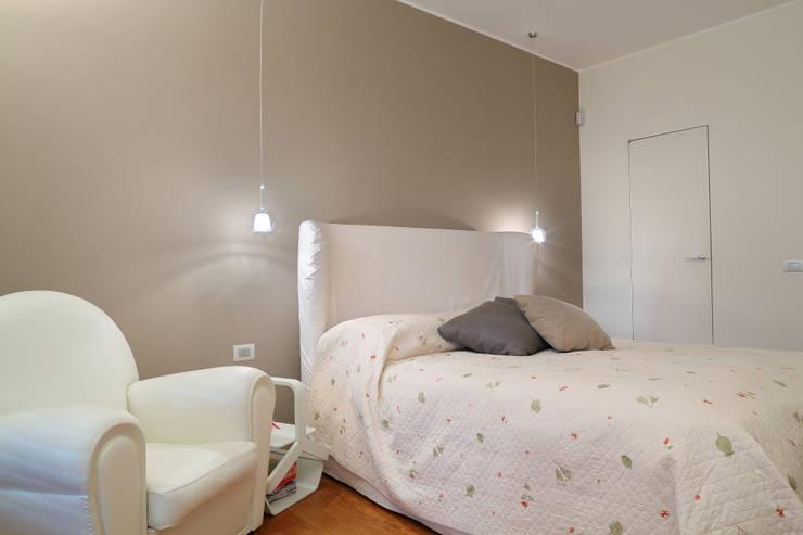 stile in bianco: Camera da letto in stile  di studio ferlazzo natoli