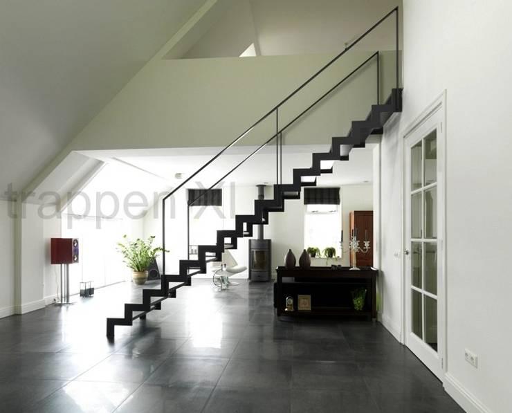 Prachtige design trappen geplaatst in Drenthe.:  Exhibitieruimten door TrappenXL, Modern