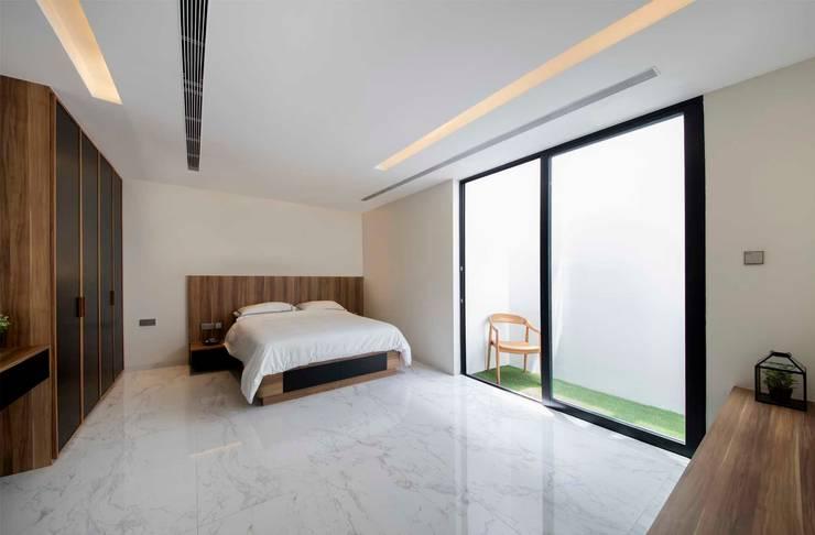 FRANKEL STREET:  Bedroom by Eightytwo Pte Ltd,Modern