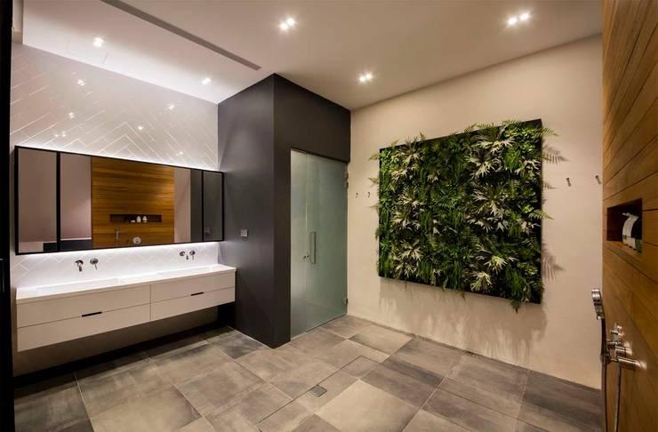 FRANKEL STREET:  Bathroom by Eightytwo Pte Ltd,Modern