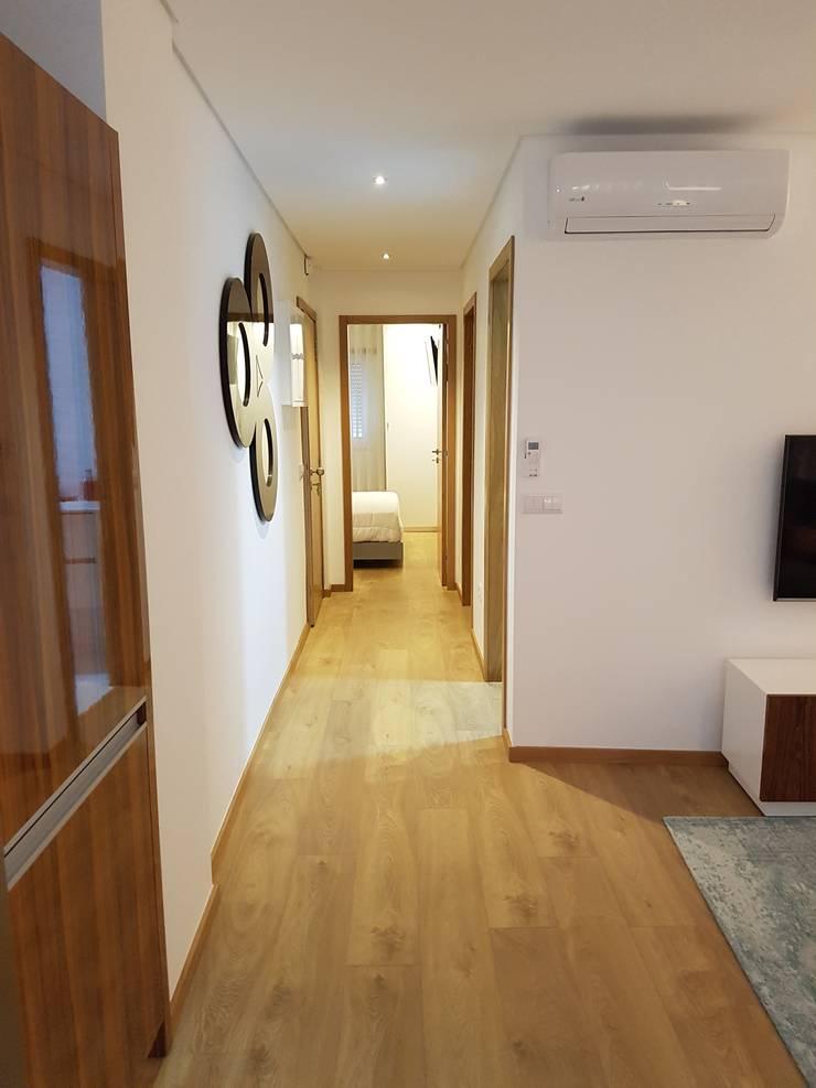 Corredor Depois: Corredores e halls de entrada  por Alma Braguesa Furniture