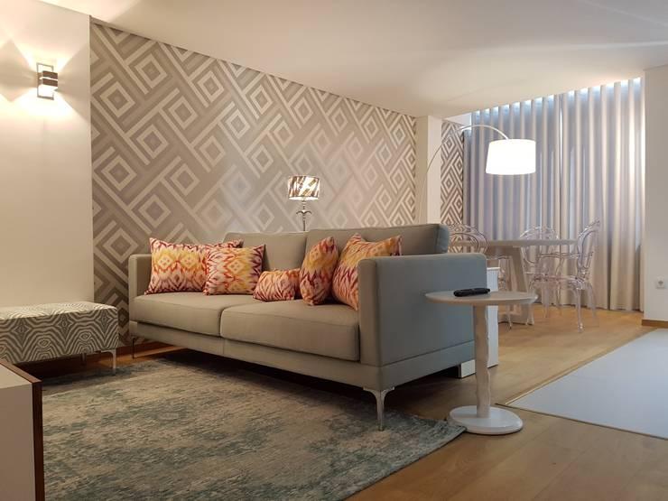 Sala Comum Depois:   por Alma Braguesa Furniture