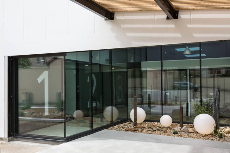 Un cabinet comme un jardin d'hiver: Cliniques de style  par Agence d'architecture intérieure Laurence Faure