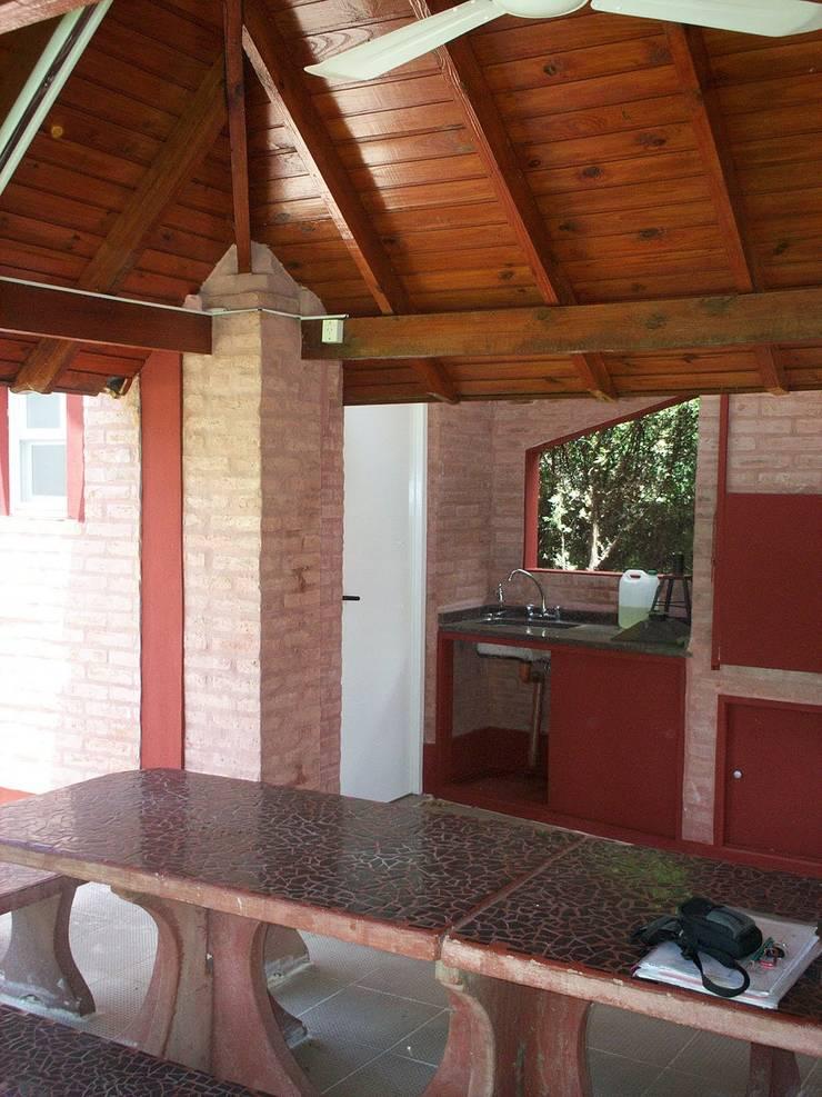Sector Parrilla y Semicubierto: Casas de estilo  por Patricio Galland Arquitectura