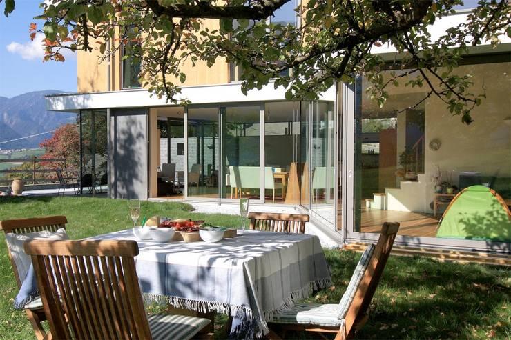 EFH in Brixen: moderner Garten von WSM ARCHITEKTEN