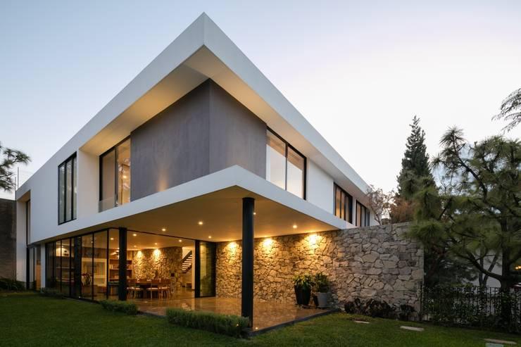 CASA WIP: Casas de estilo moderno por Trama Arquitectos
