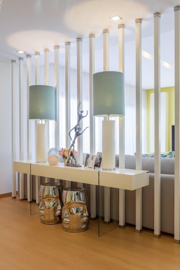 SALA DE ESTAR . INTERDESIGN: Corredor, hall e escadas  por Interdesign Interiores
