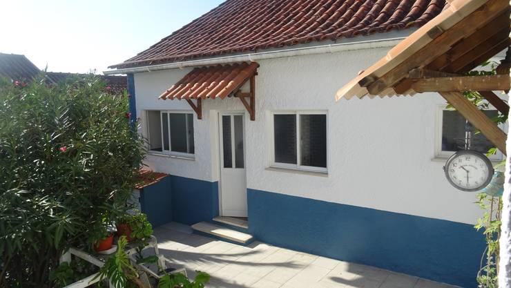 Reparação e pintura de moradia: Casas  por Atádega Sociedade de Construções, Lda