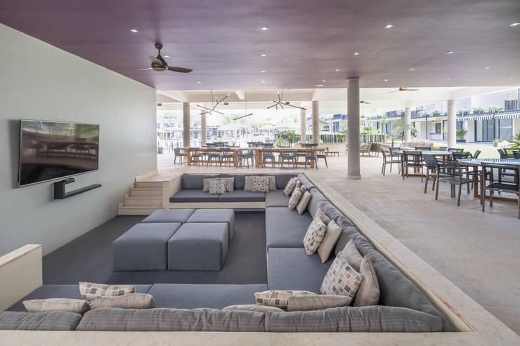 Cosmopolitan Cuernavaca: Salas de estilo  por PHia