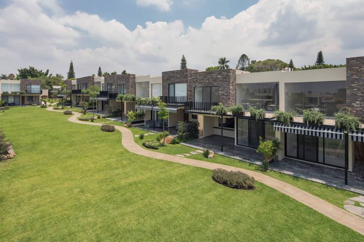 Cosmopolitan Cuernavaca: Jardines de estilo  por PHia