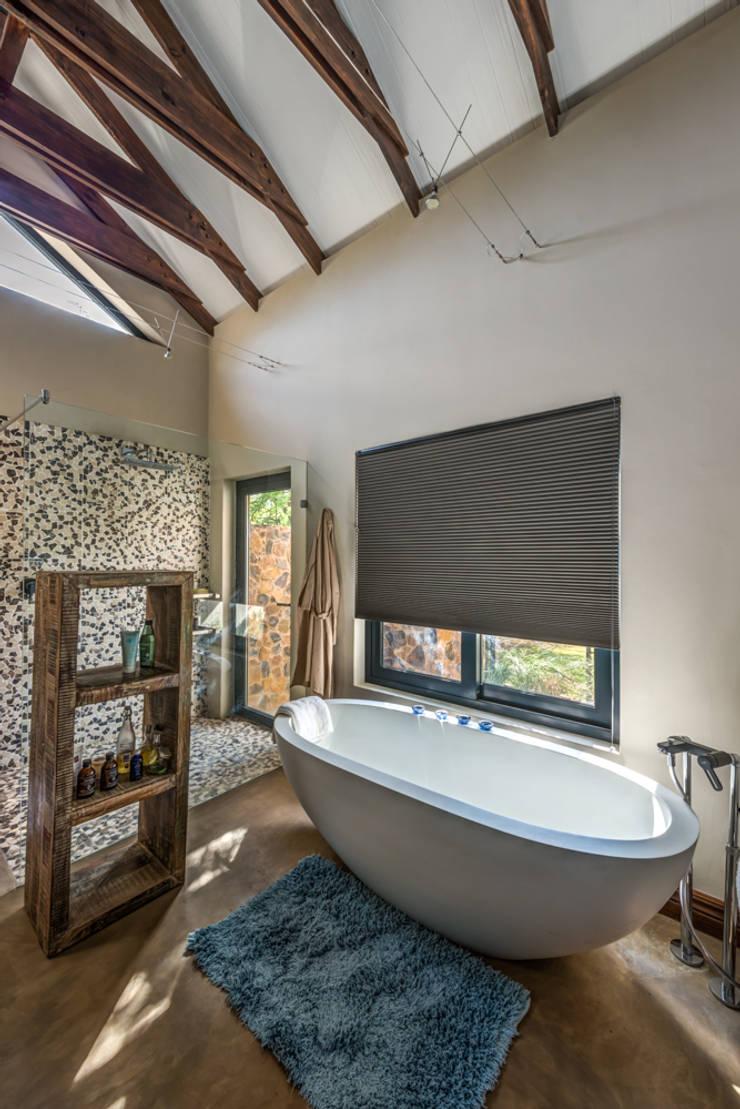 Main Bathroom:  Bathroom by OLIVEHILL Architects