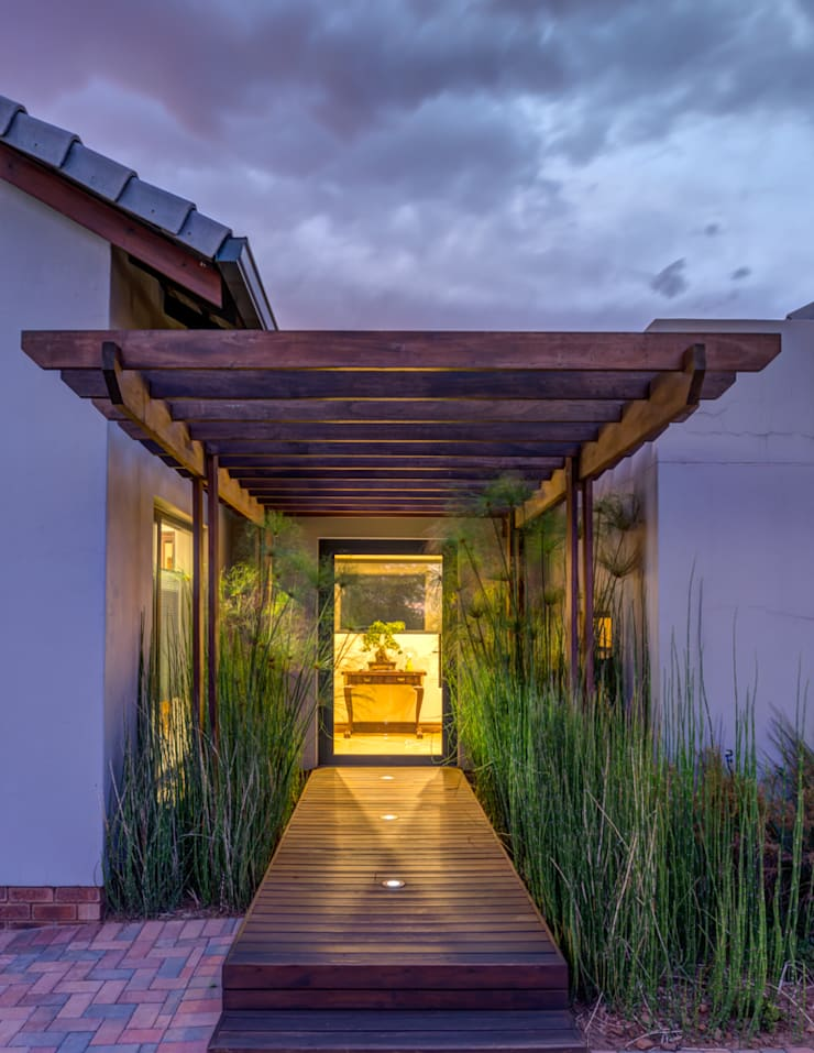 Entrance:  Houses by OLIVEHILL Architects
