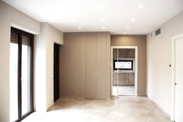 INGRESSO: Ingresso & Corridoio in stile  di Fabio Ricchezza architetto
