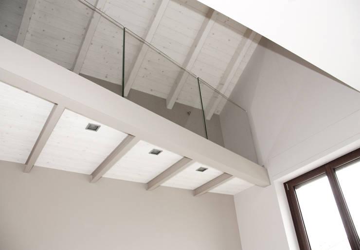 SOPPALCO: Soggiorno in stile  di Fabio Ricchezza architetto