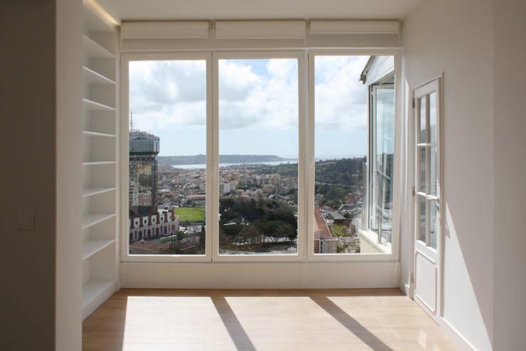 Apartamento em Lisboa - Amoreiras: Salas de estar  por Archimais