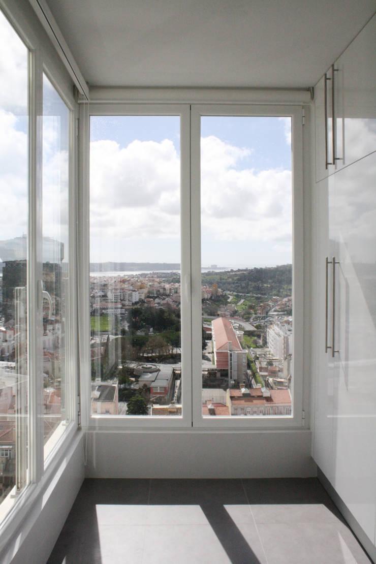 Apartamento em Lisboa – Amoreiras: Cozinhas  por Archimais