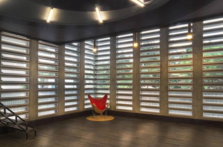 Couloir et hall d'entrée de style  par VMArquitectura, Moderne Béton