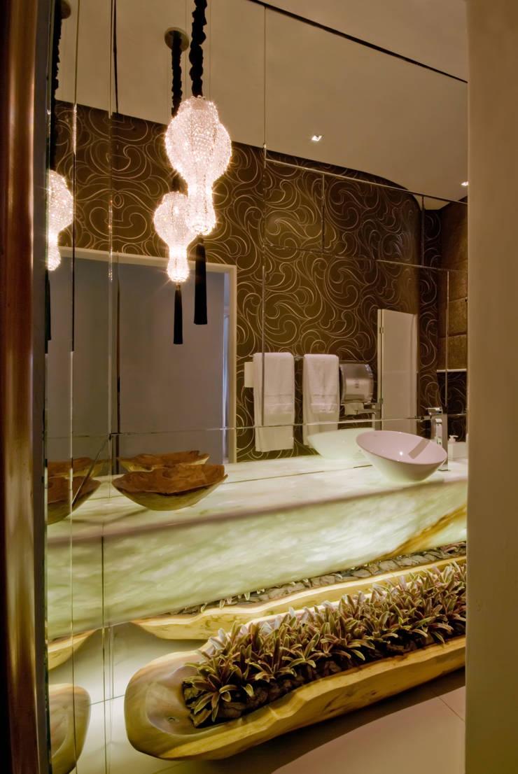 Banheiro sofisticado: Banheiros  por Flaviane Pereira