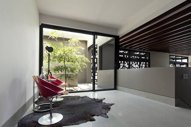 Casa Horizonte - VMArquitectura: Pasillos y recibidores de estilo  por VMArquitectura
