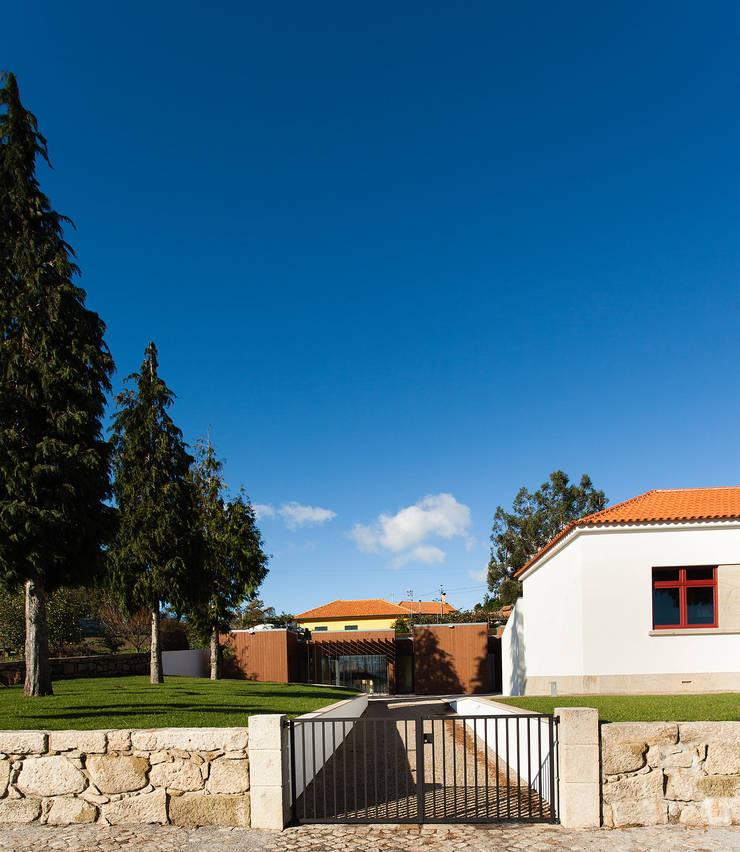 Residência de Investigadores do Centro de Estudos Mário Cláudio: Hotéis  por Atelier 405 \ 405 architects