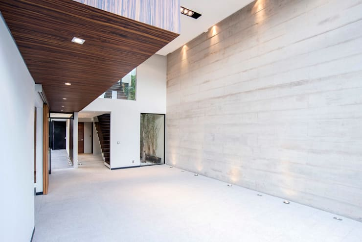 Satélite : Pasillos y recibidores de estilo  por Sobrado + Ugalde Arquitectos