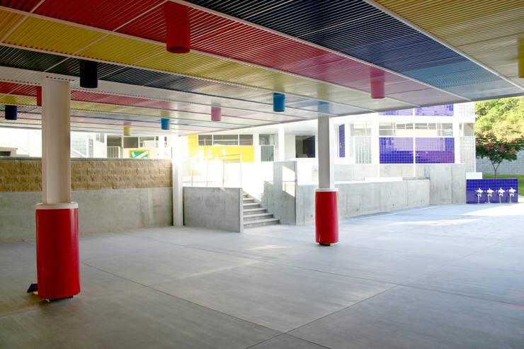 Kinder Kipling Irapuato - VMArquitectura: Pasillos y recibidores de estilo  por VMArquitectura