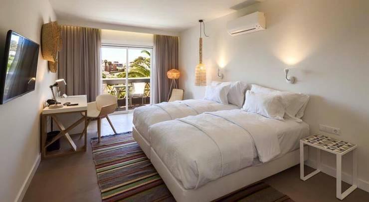 Outro dos quartos com pavimento em Microcimento: Hotéis  por 4Udecor Microcimento