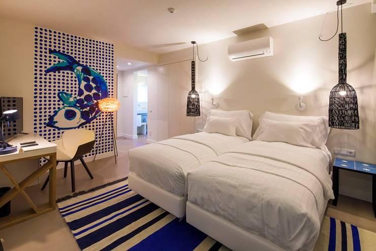 Pavimento de Quarto em Microcimento: Hotéis  por 4Udecor Microcimento