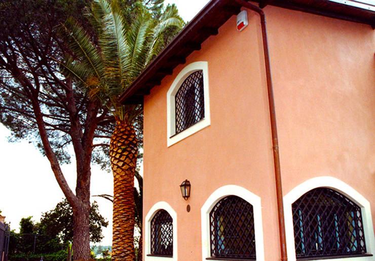 Projekty, śródziemnomorskie Domy zaprojektowane przez interiorstudio