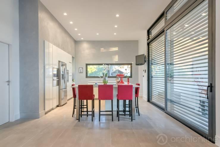 Construction d'une maison plain-pied spacieuse et luxieuse: Salle à manger de style  par Archionline