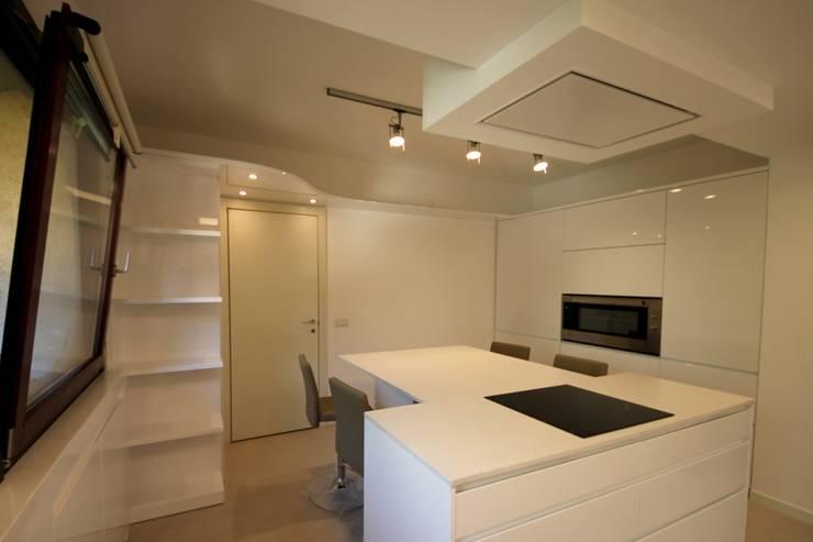 """Parte zona """"caldo"""" cucina - piano cottura e forno: Cucina in stile in stile Minimalista di Falegnameria Ferrari"""