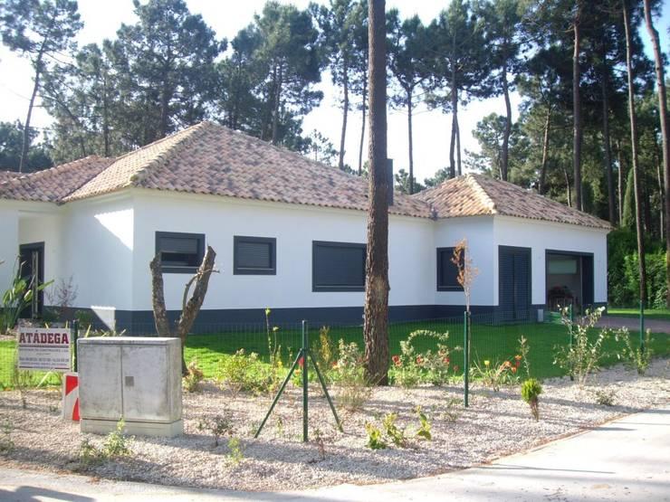 Construção de moradia e espaço envolvente ( jardins, piscina...): Casas  por Atádega Sociedade de Construções, Lda