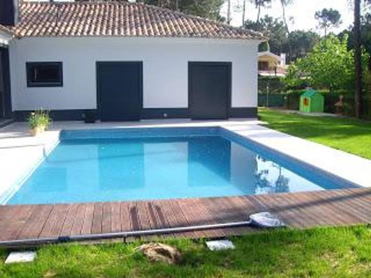 Construção de moradia e espaço envolvente ( jardins, piscina… ): Jardins  por Atádega Sociedade de Construções, Lda