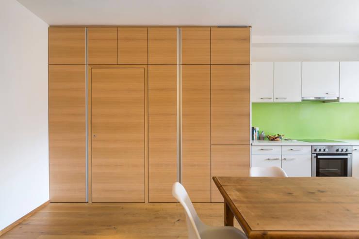 Apartment G&G: Cucina in stile in stile Classico di Manuel Benedikter Architekt