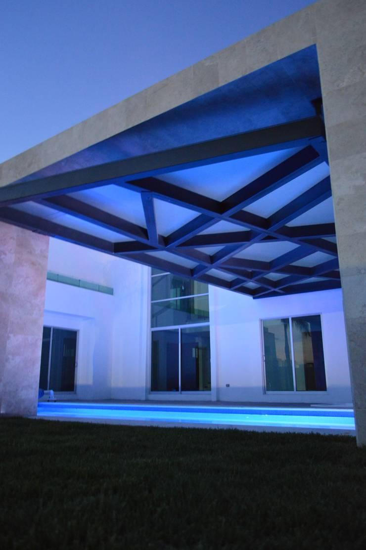 Lomas de Angelopolis, Puebla Blanca: Albercas de estilo  por Borja Arquitectos