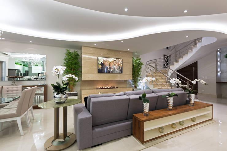 غرفة المعيشة تنفيذ Designer de Interiores e Paisagista Iara Kílaris