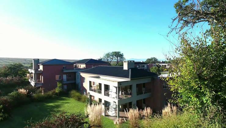 Las terrazas tienen vistas abiertas al parque: Terrazas de estilo  por Proyecto Norte,
