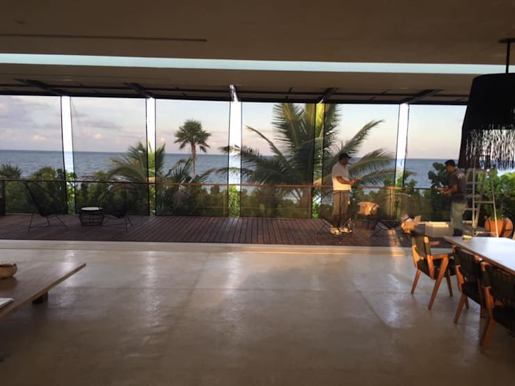 Toldos verticales con tela microperforada para exterior GAVIOTA: Balcones y terrazas de estilo  por GAVIOTA MEXICO