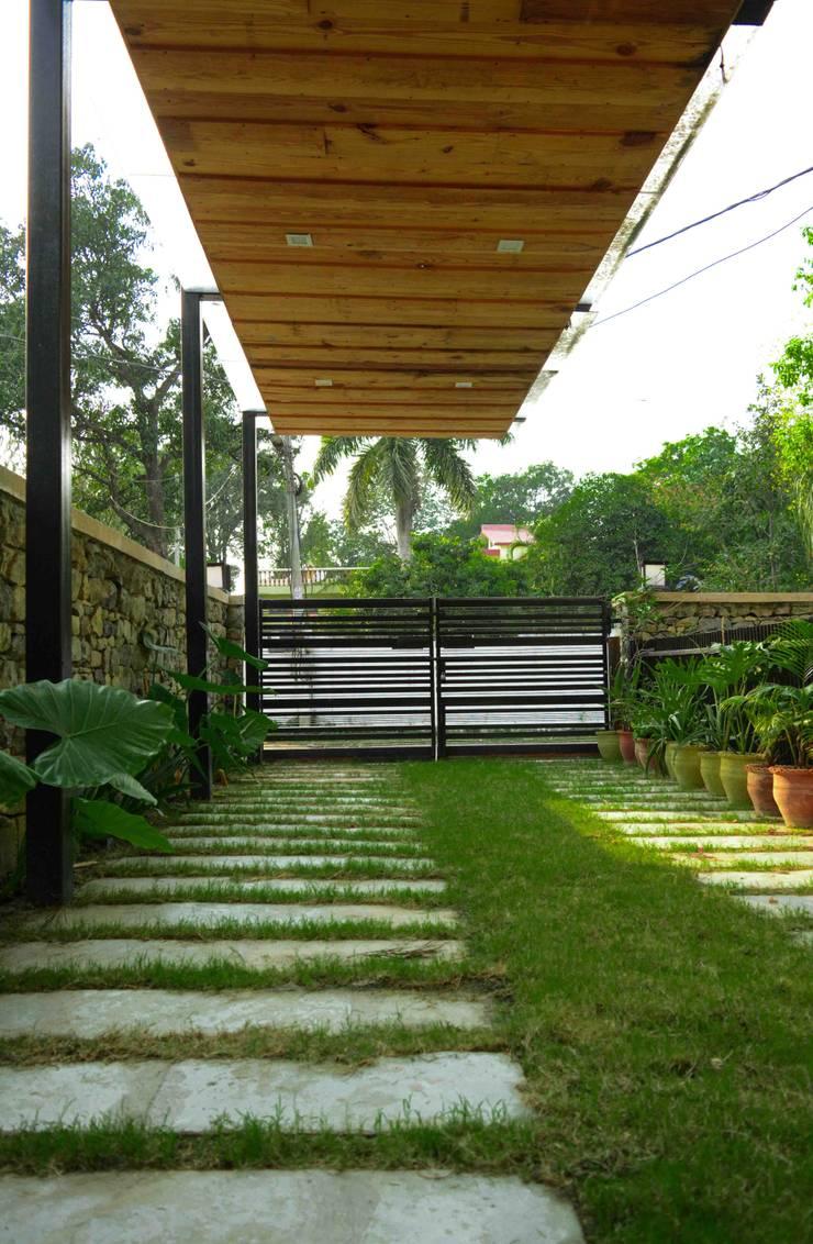Manuj Agarwal Architects Residence cum Studio, Dehradun:  Garage/shed by Manuj Agarwal Architects