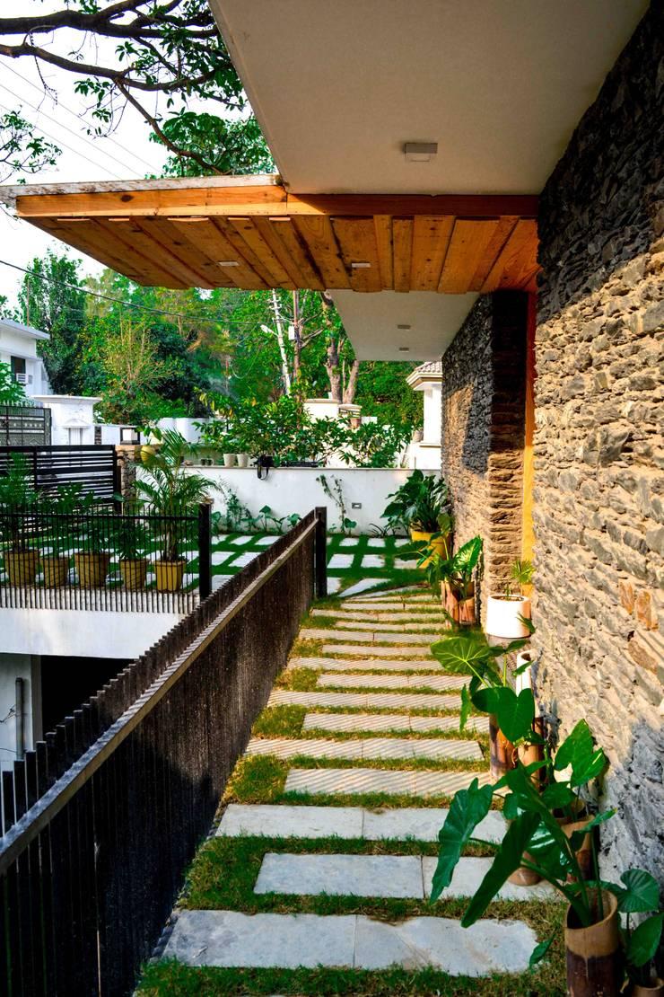 Manuj Agarwal Architects Residence cum Studio, Dehradun:  Terrace by Manuj Agarwal Architects