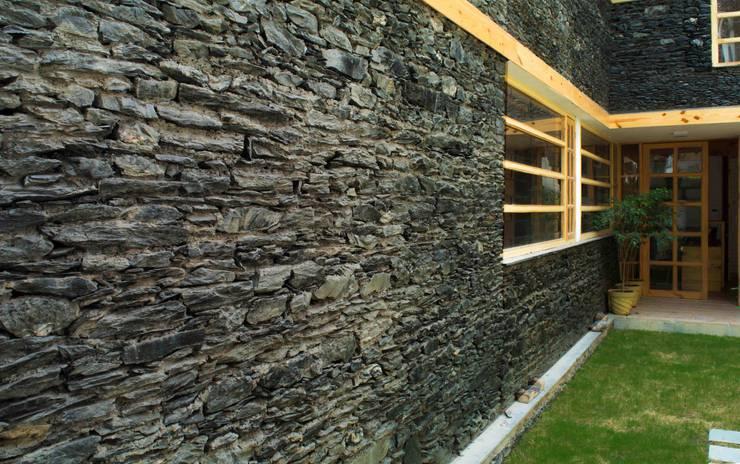 Manuj Agarwal Architects Residence cum Studio, Dehradun:  Houses by Manuj Agarwal Architects