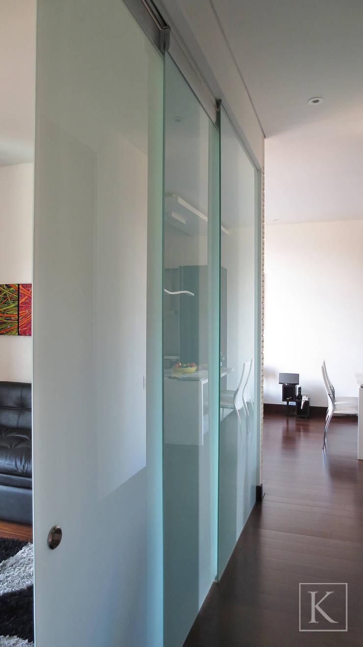 REMODELACIÓN LOFT - ESPACIO DE USO FLEXIBLE Pasillos, vestíbulos y escaleras de estilo minimalista de ARTEKTURE S.A.S Minimalista