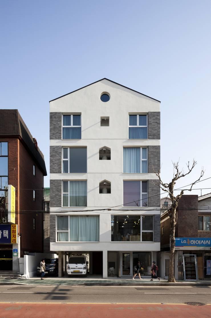 망원동 쌓은집: 에이오에이 아키텍츠 건축사사무소 (aoa architects)의  주택