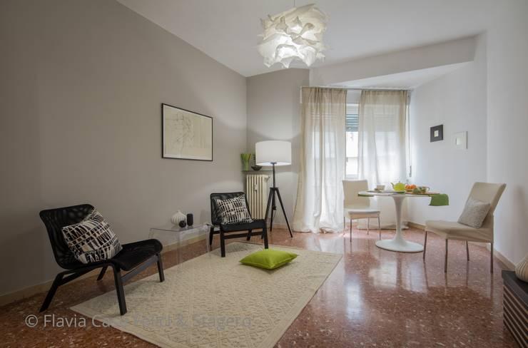 Home Staging a Ponte Milvio: Soggiorno in stile in stile Classico di Flavia Case Felici